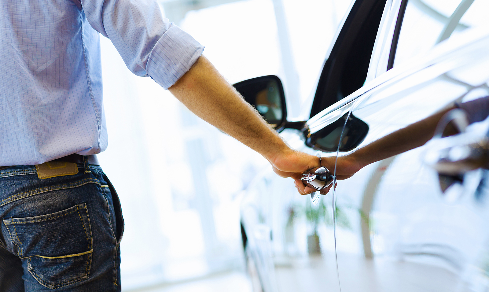 Man opening car that he found with Alliant Car Buying Service